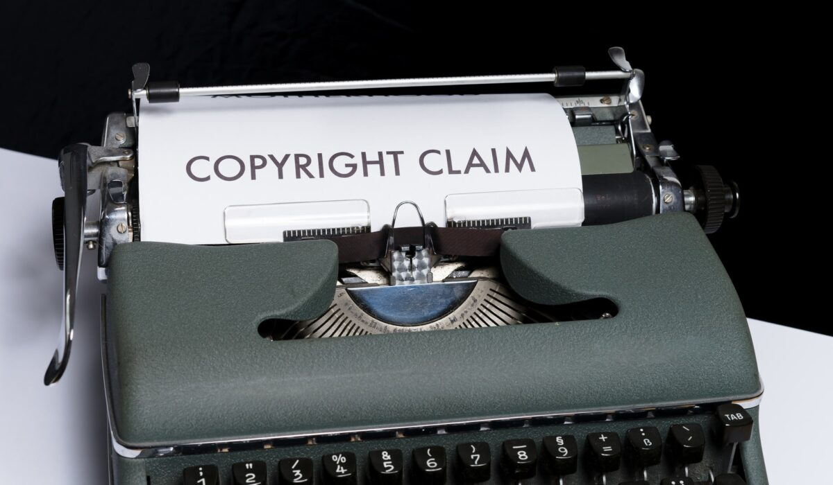 著作権侵害を行使するイメージの画像