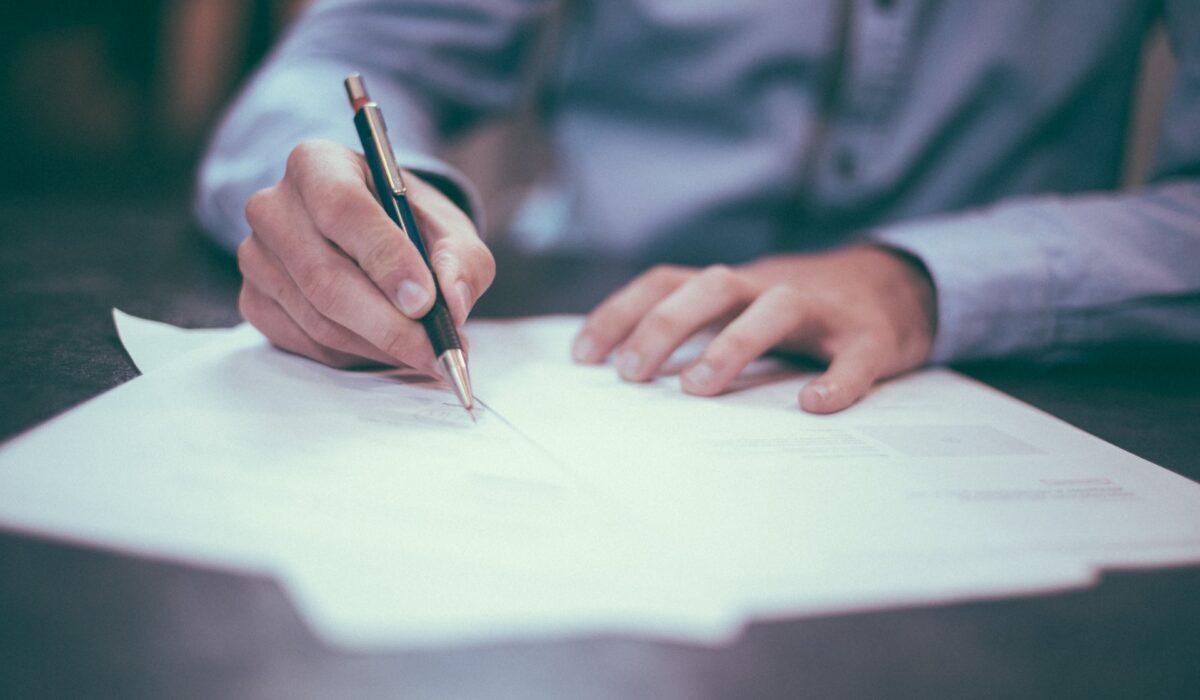 商標出願の書類を作成しているイメージ